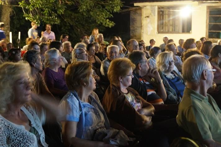 Οι εξαιρετικοί ομιλητές Γιώργος Κλήμος και Αθηνά Ζαχαρού-Λουτράρη.. Στη συνέχεια το λόγο πήρε ο μελετητής της τοπικής παράδοσης Γιάννης Κατσής που τραγούδησε ένα παλιό παραδοσιακό τραγούδι που αναφέρονταν στην Καστανιά.