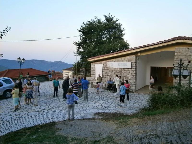 Επισκέπτες της έκθεσης έξω από το Δημ. Σχολείο Καστανιάς