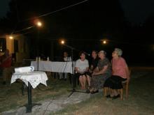 Εικόνα 1: Ντίνα Ξυδιά, Αγορή Ζουμπογιάννη, Μαριγώ Ντάλη κι Ευθυμία Εγγλέζου υποδέχονται με τοπικά τραγούδια τους καλεσμένους της ημερίδας