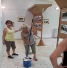 Καθάρισμα αίθουσας Μουσείου για την έκθεση φωτογραφίας από εθελόντριες του Συλλόγου.