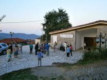 Εικόνα 5: Επισκέπτες της έκθεσης έξω από το Δημ. Σχολείο Καστανιάς